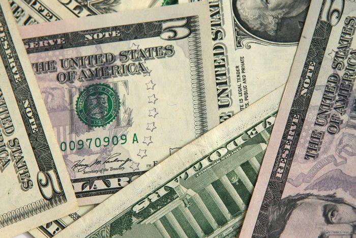 Цена на нефть поднялась на фоне снижения доллара