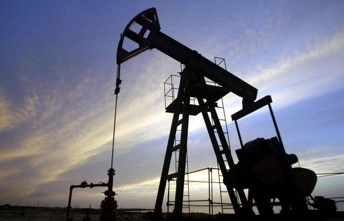 Цена на нефть снизилась накануне выпуска данных по запасам нефти в сша