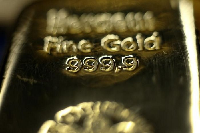 Фьючерсы на золото выросли на фоне слабого доллара, пока в фокусе переговоры в сша
