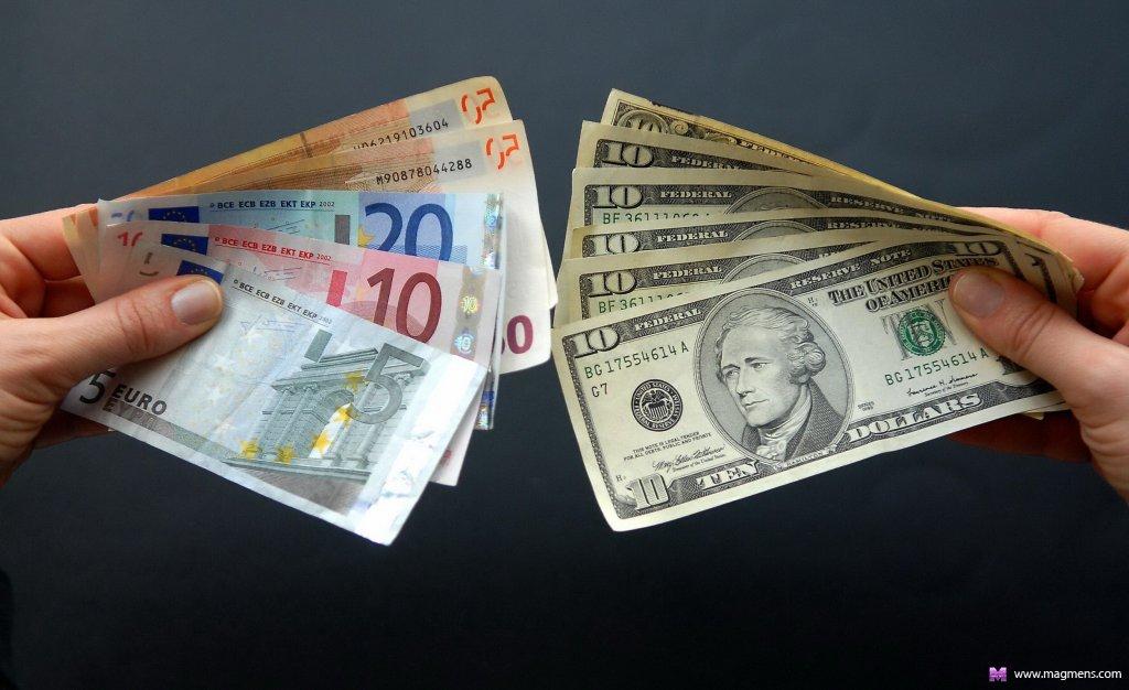Какую валюту покупать украинцам