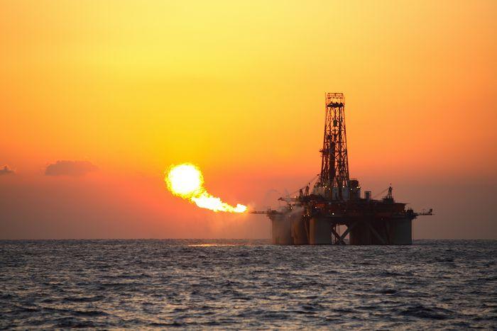 Нефть дешевеет из-за роста добычи после сделки производителей