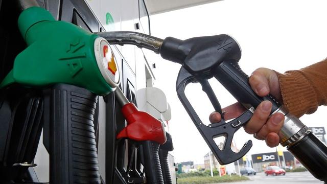 Нефть немного дешевеет, пока внимание рынков приковано к встрече опек