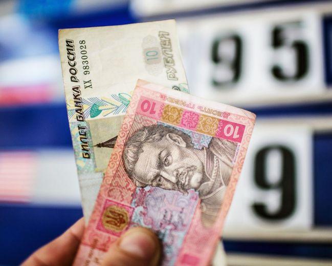 По какому курсу меняют гривны на рубли