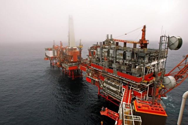 Сырая нефть обвалилась на 3% под давлением мировой экономики